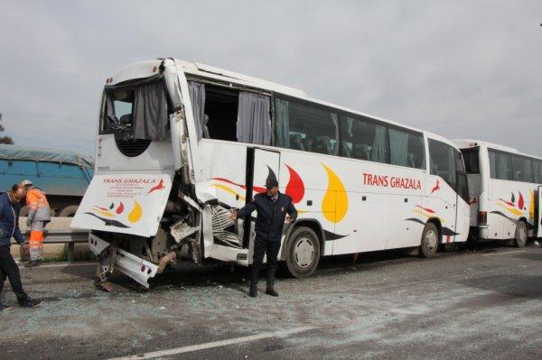 19-02-2015 -     - Accident entre 3 autocars transportant des policiers - 53 blessés dont trois grièvement, L'accident serait dû à un excès de vitesse selon plusieurs témoins. Les blessés ont été évacués vers différents hôpitaux de Casablanca.