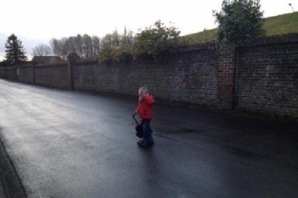 25-02-2015 - Honnelles - Montignies-sur-Roc - Le Bus est parti en laissant un petit de 2 ans et demi sur le coté, oublié par son instit' sur la rue, le bébé de 2 ans est récupéré par un passant qui poursuit le bus!
