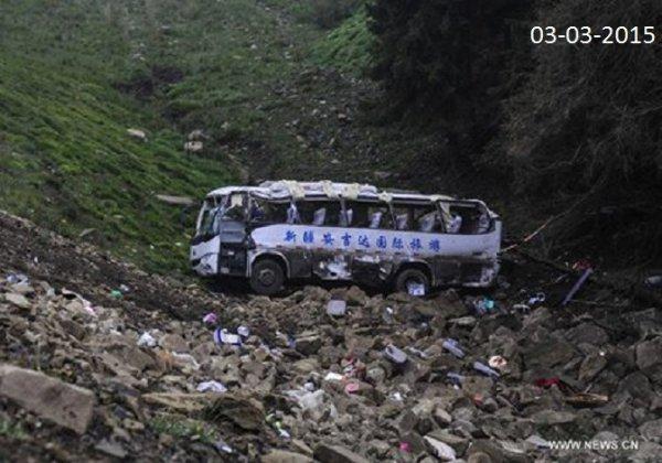 03-03-2015 - Linzhou - Chine - Anyang - Grave accident d'autocar -  20 morts, et 13 autres passagers ont été blessés. Le bus, qui transportait un groupe de chanteurs d'opéra, a subitement quitté la route et plongé dans un ravin.