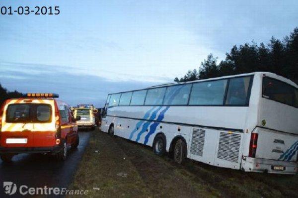 02-03-2015 - Ardon - Le chauffeur du véhicule d'une compagnie de transport Belge - L'autocar de chez Ovraz circulait avec 62 étudiants dans le sens province/Paris sur l'aut A71, lorsqu'il a perdu le contrôle du car, en sortant de l'autoroute il a continué à rouler sur 200 m. sur le coté avant de pouvoir s'arrêter.