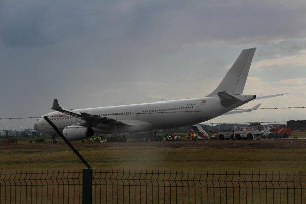 14-08-2014 - Aéroport de Lesquin - Air Algérie - sortie de piste d'un avion - aéroport de Lille-Lesquin - passagers d'un vol d'Air Algérie. La roue avant de l'avion enfoncée et emboubée dans l'herbe lors d'une… man½uvre.