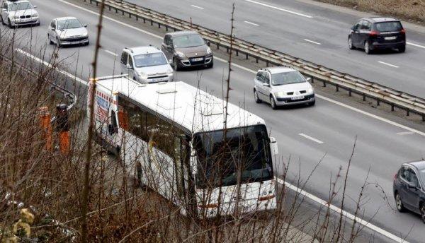 """08-02-2015 - Chimilin - En panne sur l'A43, 52 enfants des Minguettes à Vénissieux  bloqués dans un autocar de la compagnie """"Les Courriers Rhodaniens"""", c'est un car de l'Area qui est venu reprendre en charge les enfants."""