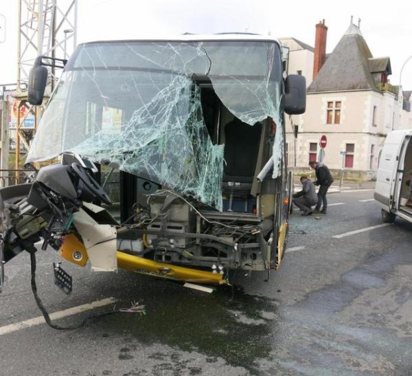 14-03-2015 - Loir-et-Cher - Blois - Spectaculaire, la collision a été violente: la cabine d'un des bus a été arrachée. - Accident entre deux bus trafic très perturbé à l'embauche