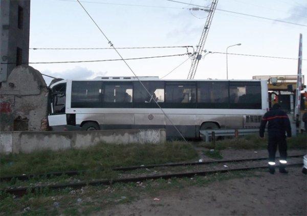 19-12-2014 - Tunisie - Une collision entre une locomotive et un bus fait 6 morts et 32 blessés à Monastir