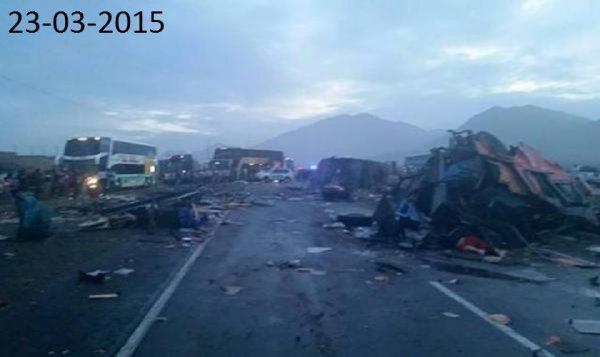 23-03-2015 - Pérou - Huarmey - L'autocar qui venait de Lima, s'est retourné et a été percuté par d'autres véhicules, dans la ville côtière de Huarmey, bilan 34 morts et 70 blessés