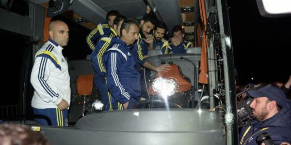 04-04-2015 - Turquie - Trabzon - Un autocar attaqué, le chauffeur sérieusement touché par les balles, les passagers sont arrivés à prendre le contrôle de l'autocar.