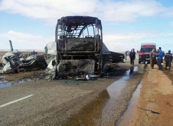 10-04-2015 - Maroc - Autocar double étage en feu près de Tan-Tan - Au moins 33 morts, dont de nombreux enfants, dans un accident de car