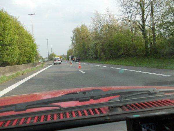 24-04-2015 - Péruwelz - Un autocar a fortement ralenti la circulation ce vendredi vers 15h45 sur l'autoroute E42 dans le sens Tournai-Mons à Péruwelz suite à un problème technique.
