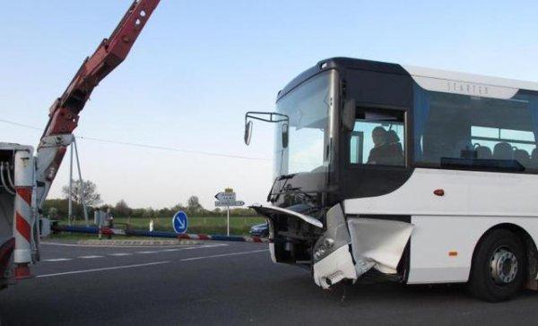 17-04-2015 - Vienne - Collision avec un car scolaire : deux blessés