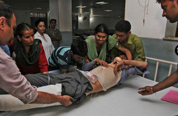 11-05-2015 - Inde - Cachemire - Srinagar - Marotthi - Un autocar surchargé quitte la route et tombe dans un ravin - ce car surchargé est sorti de route lundi et a chuté dans une gorge dans la région du Cachemire en Inde, tuant 23 personnes