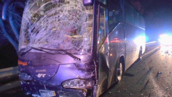 05-06-2015 - Béziers   - Grave accident sur l' A9 - L'autocar qui arrivait à cet instant percute la voiture qui avait perdu son contrôle & bloquée en travers de l'autoroute. Les deux chauffeurs de l'autocar Turque sauvent le petit enfant de la voiture.