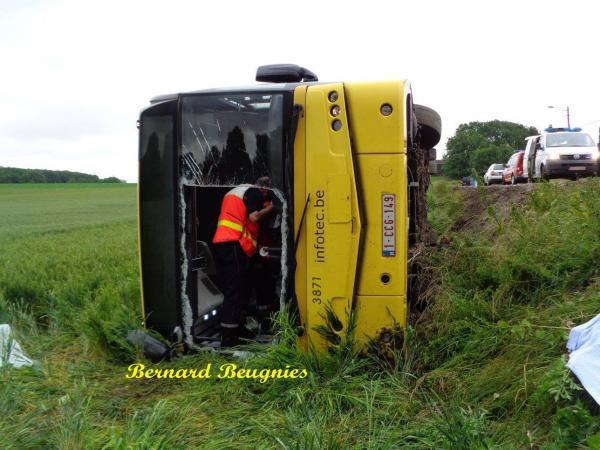 22-06-2015 - Mons - Quévy - Un bus TEC fait une sortie de route et se couche (culbute) dans un fossé, le bus qui provenait de Gognies-Chaussée et se dirigeait vers le centre de Quévy-le-Grand s'est ainsi retrouvé couché sur le bas-côté de la route.