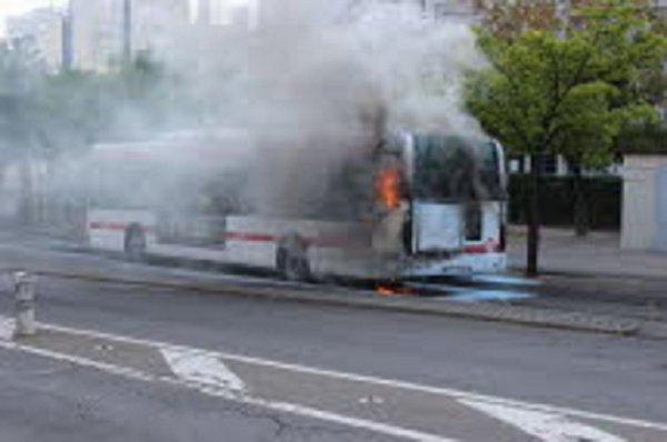 24-06-2015 - Rhône - Caluire -  Un autocar avec 60 passagers en feu au péage de Teo, l'origine du feu serait électrique ou mécanique.