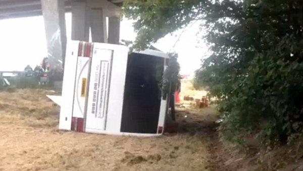 26-06-2015 - Belgique - Slijpe - Middelkerke - Grave accident d'un autocar à la Côte Belge - L'autoroute E40 est pour l'instant toujours fermée en direction de Bruxelles. bilan: un des accompagnateurs est  mort, Deux enfants et un adulte ont été gravement blessés