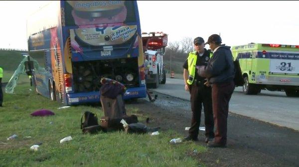 13-04-2015 - Megabus accident autocar double étage dans l'Indiana, 19 blessés, 1 passager arrêté sur mandat d'arrestation.