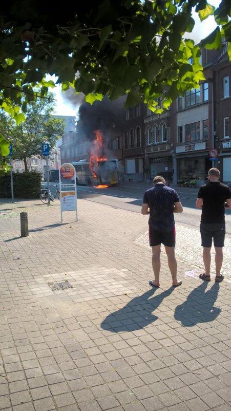 03-07-2015 - Kessel-Lo - Un autobus de la compagnie De Lijn s'est enflammé sur la place De Becker-Remy à Kessel-Lo pour une raison inconnue.