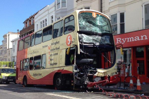 06-07-2015 - Londres - Brighton - Accident dans le centre ville entre deux bus, 2 morts et trois ont été gravement blessés dans un accident entre deux bus à Brighton.