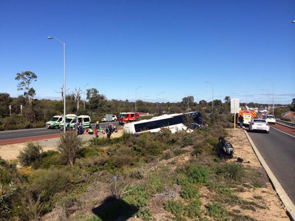 14-07-2015 - Pemberton - Un autocar perd le contrôle et écrase un véhicule 4x4 - Une femme a été tuée et sa passagère, une fille de l'âge préscolaire, a été transporté à l'hôpital Princess Margaret sur la Kwinana Freeway.
