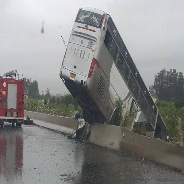 20-05-2015 - Eucalyptus - Accidents d'autocar - Il dérapage et sort de sa trajectoire suite à la pluie sur la route aux Eucalyptus