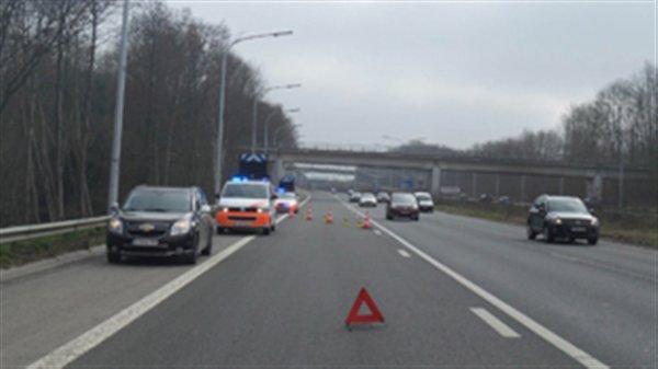 09-03-2015 - Courcelles - Un autocar transportant une trentaine d'enfants d'une école de La Louvière prend feu sur l'autoroute A54 Charleroi-Nivelles.
