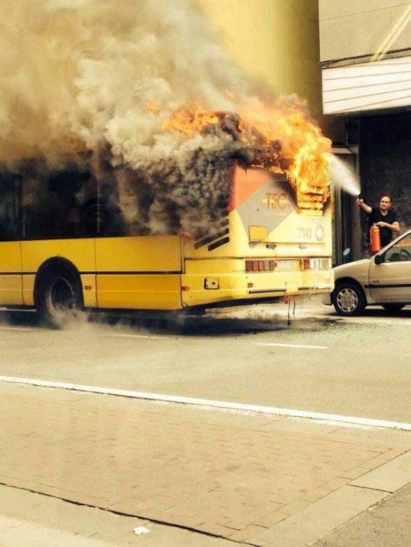 15-06-2014 - Gilly - Lodelinsart - Charleroi - Le bus des TEC qui circulait le long de la chaussée de Lodelinsart, à Gilly prend feu en roulant - une blessée