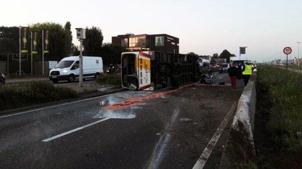 09-09-2015 - Aartselaar - Un autobus de chez De Lijn se couche sur la route, circulation compliquée sur A12 entre Bruxelles et Anvers, après l'accident.