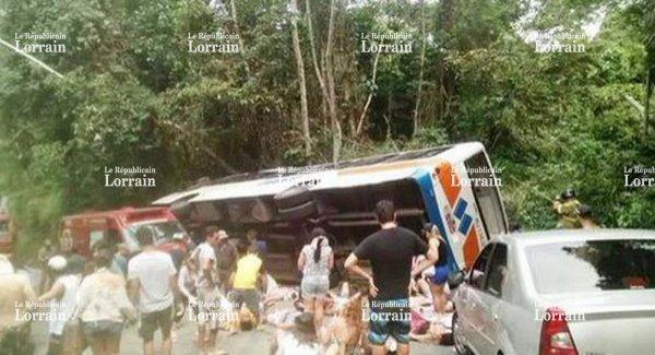 07-09-2015 - Brésil - Paraty - Trinidade - Au moins 15 morts et 50 blessés dans un accident d'autocar tombé dans un ravin suite à une éventuelle défaillance des freins.