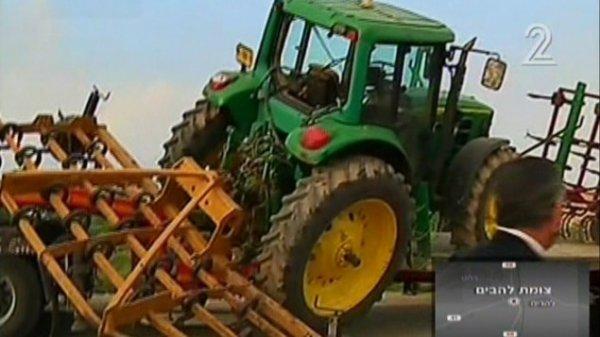 15-09-2015 - 03-02-2015 - Israël - Accident autocar avec un tracteur, un camion transportant un tracteur est entré en collision avec un bus sur l'autoroute 31