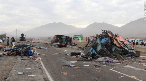 23-03-2015 - Pérou - Accident entre trois autocars - Un accident de la route impliquant trois autobus dont un conducteur fantôme et un camion dans le nord du Pérou ont tué au moins 37 personnes
