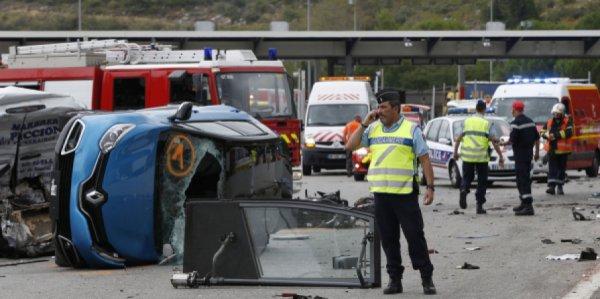 17-09-2015 - Nice -  La Turbie  - accident d'un autocar de tourisme allemand, qui n'a pas pu s'arrêter au point de péage autoroutier de l'A8 à La Turbie, les freins de l'autocar n'ont pas répondu - un mort et 25 blessés sur l'autoroute A8.