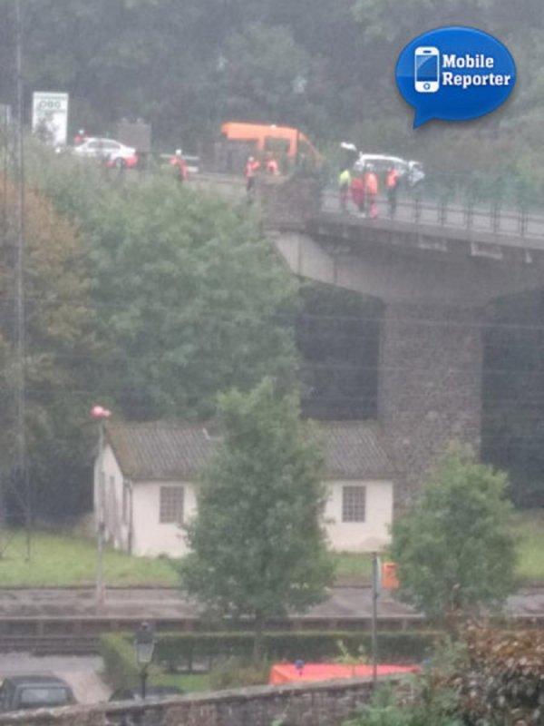 22-09-2015 - Luxembourg - Grave accident à Clervaux : un autocar dérape dans un virage et culbute dans la Clerve, il se retrouve sur le toit, dans l'eau.