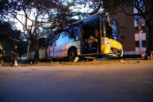 16-09-2015 - Namur - Salzinnes - un bus à l'arrêt un bus TEC de la ligne 27 assurant le trajet Salzinnes (Balances) - Champion - Vedrin descend tout seul une pente, percute un arbre et finit sa course sur un talus.
