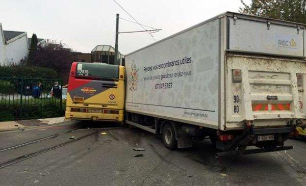 14-10-2015 - Charleroi - Fleurus - Gosselies - Spectaculaire accident entre un camion et un bus des TEC, les feux de signalisation sont en panne depuis plusieurs mois.