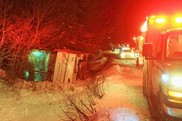 30-01-2015 - Saint-Alphonse-Rodriguez - Un autocar plein de passagers se renverse à Saint-Alphonse