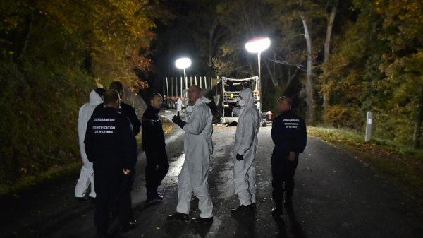 23-10-2015 - France - Puisseguin (Gironde) - Un accident entre un autocar et un camion remorque pour le transport de bois (collision frontale). bilan: au moins 42 morts