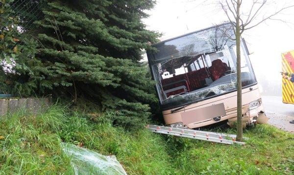 05-11-2015 - Alzingen - Huit blessés dans un accident d'autocar transportant 21 personnes sur la route de Thionville à Alzingen.
