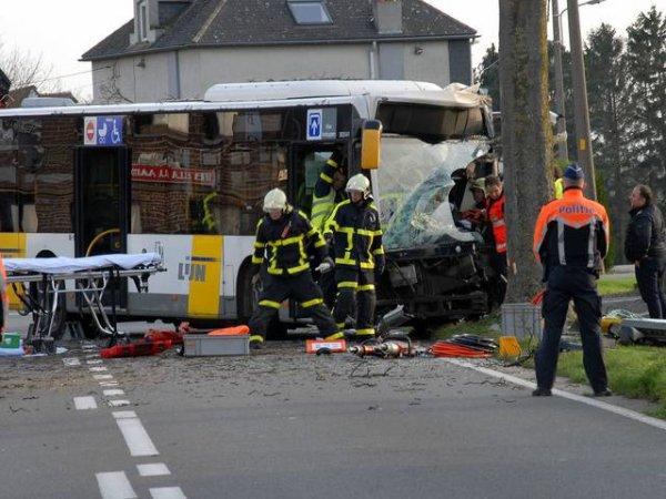20-12-2015 - Brabant Flamand - STEENOKKERZEEL - Un chauffeur de bus de la société De Lijn a été grièvement blessé après un accident sur la Kortenbergsesteenweg, il a dû être désincarcéré.