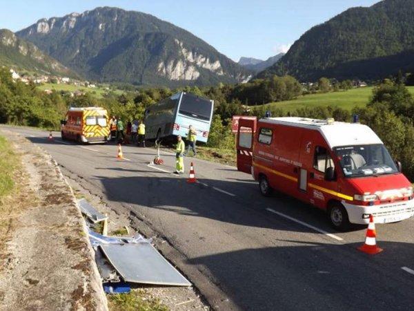 """26-08-2015 -  Vacheresse - Haute-Savoie - Un autocar belge a failli basculer dans un ravin en Haute-Savoie: """"Nous sommes passés à côté d'une catastrophe"""""""