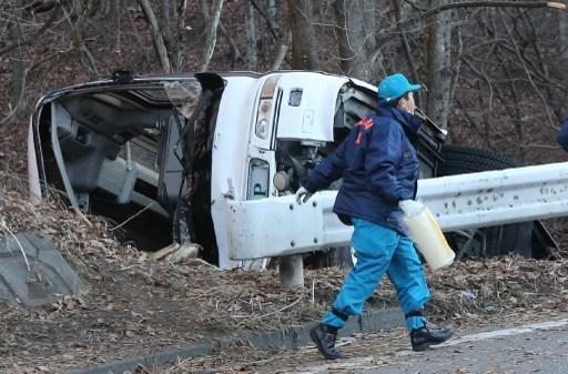 15-01-2016 - Japon - Un autocar sort de la route, arrache les barrières de sécurité et se retourne, quatorze personnes ont péri et 27 autres ont été blessées au Japon dans la chute de l'autocar qui les conduisait vers une station de ski sur une route de montagne