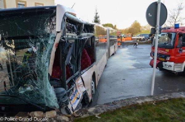 30-03-2015 - Luxembourg - Crautem - Alzingen - Collision entre un bus et un camion. 15 blessés dont 1 grave