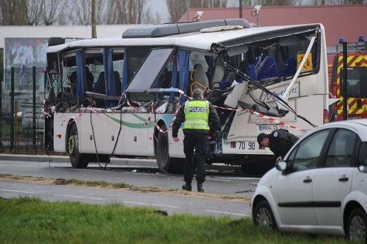 11-02-2016 - France - Rochefort - Charente-Maritime - Accident grave autocar scolaire - Six personnes tuées dans un accident de car et un camion à Rochefort.