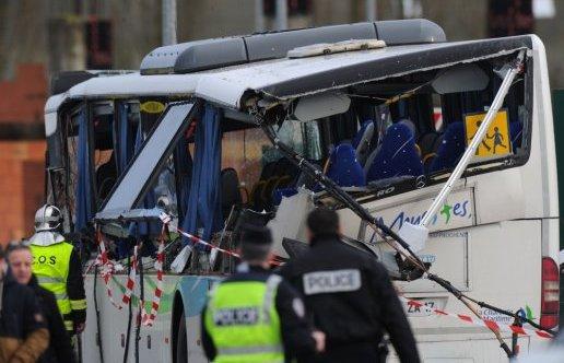 11-02-2016 - France - Rochefort - Charente-Maritime - Accident grave autocar scolaire - Six personnes tuées dans un accident de car scolaire et un camion à Rochefort.