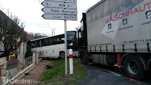 09-02-2016 - AUVERGNE - RONGÈRES - Deux blessés graves dans une collision entre un bus et un poids lourd sur la RN7.