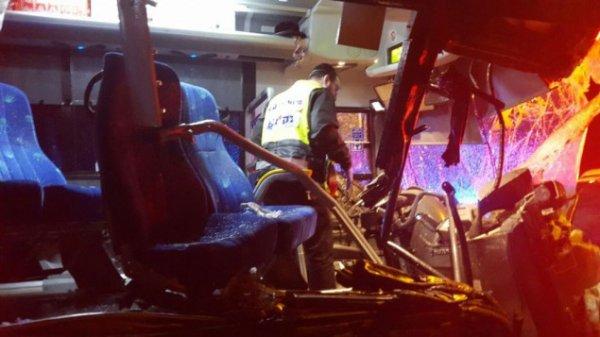 14-02-2016 - Israël - Ramie - Accident grave autocar, six morts, dont des enfants et une dizaine de blessés, dans une collision entre un camion grue et un autobus de la ligne 402 de la compagnie Egged