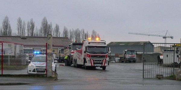 18-02-2016 - France - Rochefort - Accident autocar - La reconstitution s'est focalisée sur le camion impliqué dans la collision, il est arrivé sur les lieux de l'accident aux alentours de 7 h 30. ... Car une des interrogations de l'enquête porte sur la ridelle latérale du ... Six adolescents tués dans un accident de bus à Rochefort ...