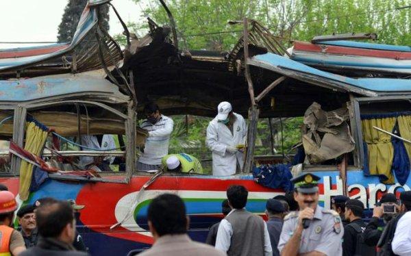 16-03-2016 - Pakistan - Saddar - Une bombe cachée sous un siège fait 17 morts à bord d'un car à Peshawar
