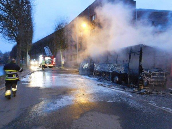 20-03-2016 - Ath - Un bus scolaire a complètement été détruit à la suite d'un incendie qui de toute évidence apparaît criminel.