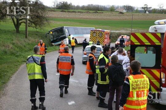 08-04-2016 - Velleminfroy - La Creuse - Le chauffeur du car effectue une sortie de route et verse dans le fossé