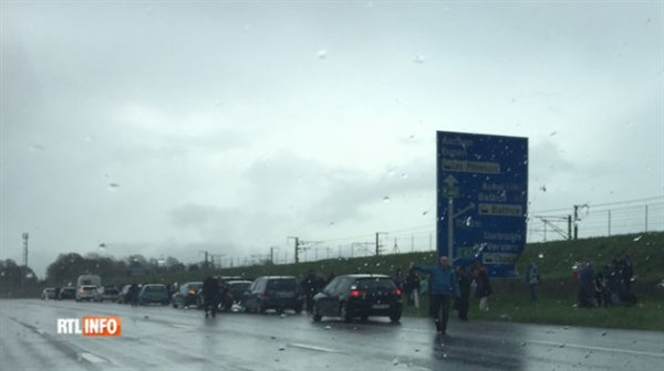 24-04-2016 - Belgique - Battice - Herve - Autocar Allemand en feu sur l'E40 (sens Liège-Allemagne) à Battice: les 56 enfants revenaient de Disneyland Paris.
