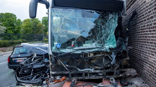 02-05-2016 - Bruxelles - Laeken - Accident avec un bus de la STIB contre le mur du chateau Royal et les serres de Laeken: onze blessés dont deux graves